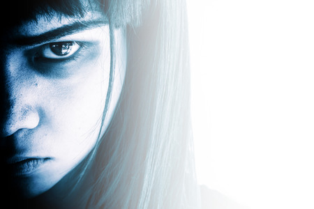 enojo: Retrato de niña de miedo mirando a las cámaras, Mujer agresiva con ojos de miedo, horror fondo para el concepto del libro y las ideas de la cubierta de Halloween