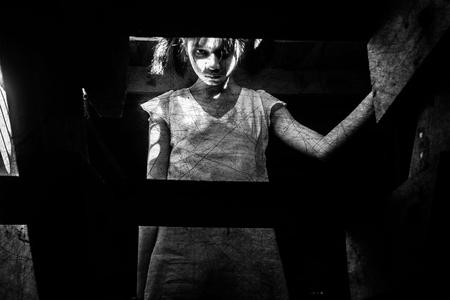 fille de fantôme dans la maison hantée regardant les caméras, Mysterious girl en robe blanche debout sur l'escalier en abandonner la maison