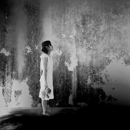 persona triste: niña fantasma, fondo del horror por concepto de libros y de las ideas de la cubierta de Halloween