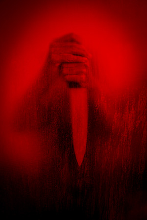 Horror-Szene der Frau mit Messer hinter gebeizt oder schmutzigen Fensterglas, Serienmörder oder Gewalt-Konzept Hintergrund Standard-Bild