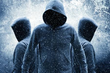Groep mysterie mensen in hoodies, films of dekking van het boek ideeën