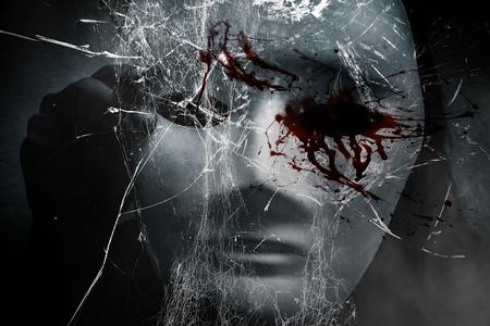 Femme mystérieuse en noir portant un masque blanc caché verre cassé, fond effrayant pour couverture de livre Banque d'images