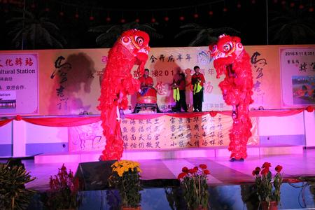 中国の新年のイベントでの獅子舞します。 報道画像