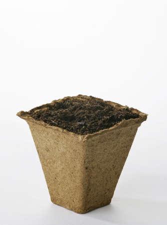 turba: Pot de planta de turba con compost  Foto de archivo