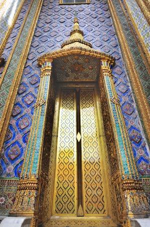 thep: Front door closeup at the Royal Pantheon (Prasat Phra Thep Bidon) at Temple of the Emerald Buddha, Bangkok, Thailand