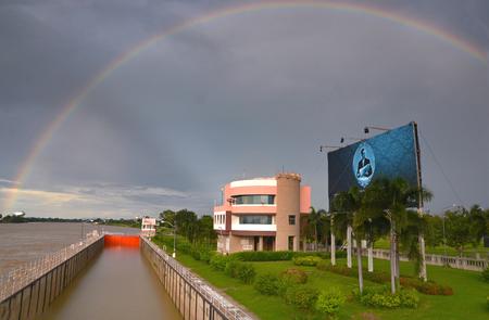 Chainat, THAILAND - OKTOBER 2017: De raad van de de fotofoto van de Thaise koning op de dam van Chao Pha Ya. De eerste irrigatiedam gebouwd door koning Bhumibol. . De achtergrond van de afbeelding is regenbogen achter regens. Thaise koning (Rama 9e) is overleden, maar de koning zal altijd op T