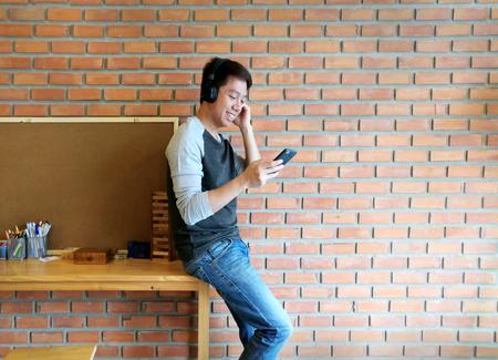 Man listen to music online in smartphone Stockfoto