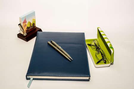 carta e penna: Scrivania penna, taccuino e penna occhiali di carta