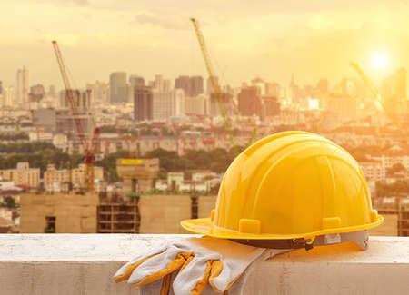 Gele bouwvakker op de bouwplaats Stockfoto