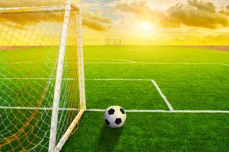 campo de fútbol de hierba con el marcado y la bola, deporte Foto de archivo