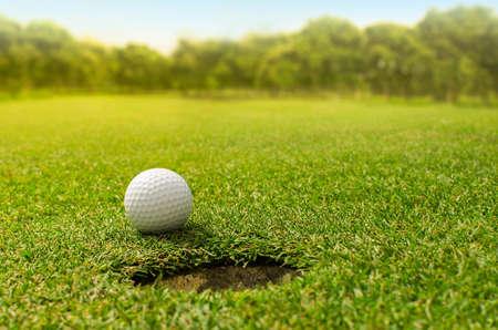 Golf in das Loch Standard-Bild