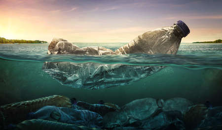 Vervuiling van plastic waterflessen in oceaan (milieuconcept) Stockfoto