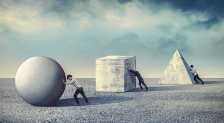 Zakenman die de ronde grote steen duwt. Zakelijke zware taken en problemen concept. onderscheid tussen werk between Stockfoto