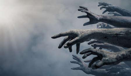 Ręce zombie rośnie w ciemną noc Halloween.