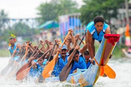 Chumphon, Langsuan, Thailand, den 31. Oktober? 4. November 2012: Langsuan Traditional Long Boat Racing Festival ist das einzige seiner Art in Thailand (unsichtbaren Thailand) mit packte die Flagge für die Royal Plaque und Trophäen von HM der König und der Wettbewerb