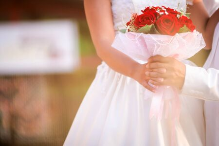 couples de mariage de la mari�e holdning un bouquet de roses photo