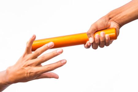 primer plano de dos manos de los hombres que pasan un bastón de relevo sobre un fondo blanco