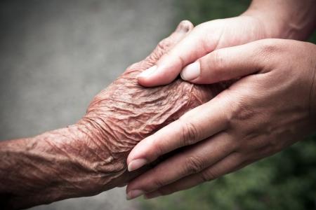 vecchiaia: Tenendosi per mano Senior e giovani