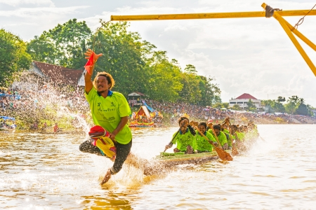 CHUMPHON, THAILAND-OCT 23  Unidentified rowers in Climbing Bows toward Snatching a Flag native Thai long boats compete during King s cup Native Long Boat Race Championship on Oct 23, 2013 in Chumphon, Thailand  Éditoriale
