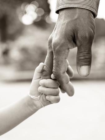 papa: P�re donnant la main � un enfant Banque d'images