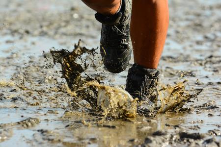 Jambes d'un homme de jogging sur la plage Banque d'images - 30610604