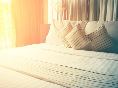 sábanas y almohadas vendimia en mal estado en el efecto de la mañana y el tono de color