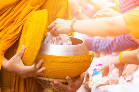 limosna: ofrecer el alimento al monje y el tono de color effectoffer el alimento al monje y el efecto del tono de color