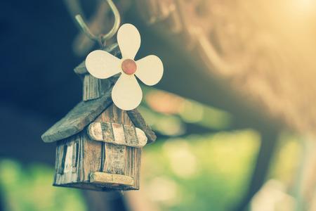 Klein huis in de tuin vintage
