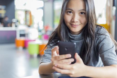 personen: Vrouwen Met Smartphone voor Business in Cafe Stockfoto