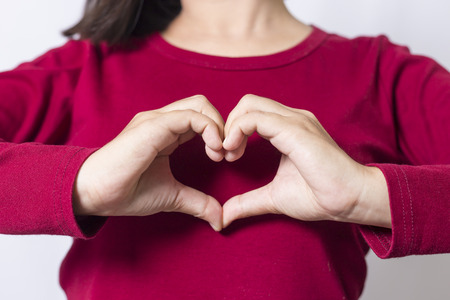 alzando la mano: Mujer Mostrar corazón manos