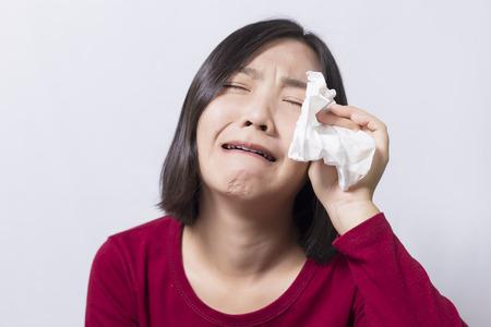 corazon en la mano: Mujer triste llorar con la cara en la palma aisladas sobre fondo blanco