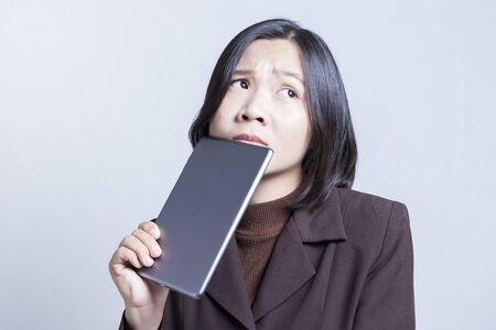 negative thinking: Businesswoman utilisation de la tablette et la pens�e: la pens�e n�gative