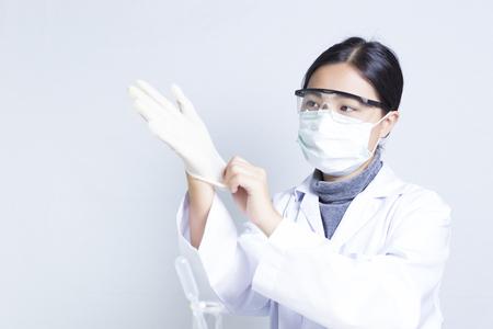 vistiendose: Mujer Sciencetist: Vestirse para la Acci�n Foto de archivo