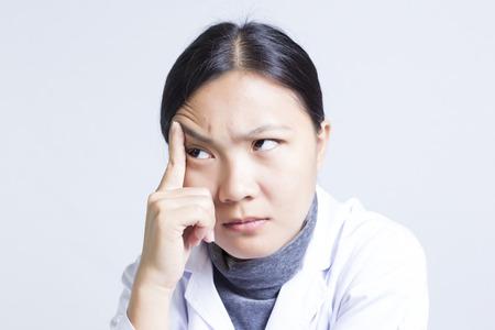 De emotionele vrouw, Sciencetist: Head Ach Stockfoto