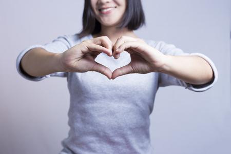 haciendo el amor: Mujer Mostrar corazón manos