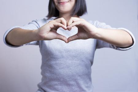 Woman show hart handen