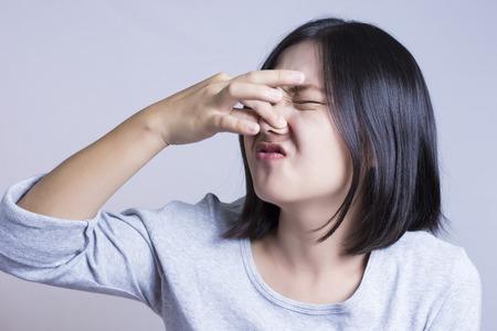 mujer fea: Mujer que huele Foto de archivo