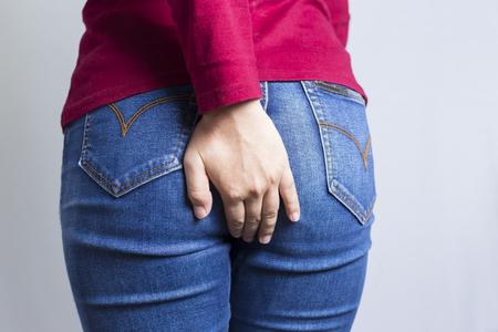 Vrouw heeft Diarree Holding zijn Butt: geïsoleerd op witte achtergrond