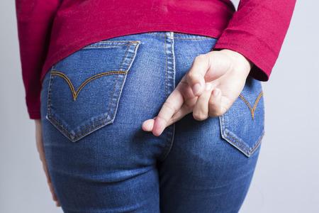 女性が下痢を保持している彼のお尻: 白背景に分離 写真素材