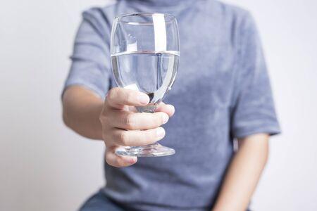 vasos de agua: Agua Potable De la Mujer