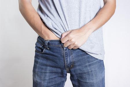 男は、彼の股間を隠して: 孤立した背景 写真素材 - 50186923