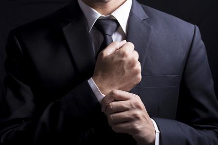 Fijación empresario Gemelos su traje Foto de archivo
