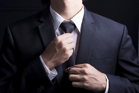 El hombre de negocios Ajustar la corbata de su traje