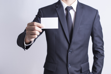 Zakenman Pick Business Card: Geïsoleerde Witte Achtergrond