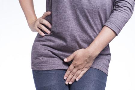 Femme avec les mains tenant son entrejambe