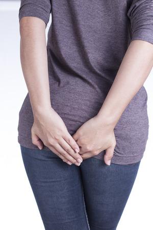 diarrea: Mujer tiene diarrea sosteniendo a su tope sobre fondo blanco aisladas