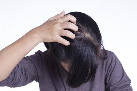 Donna grattarsi la testa su sfondo bianco isolata