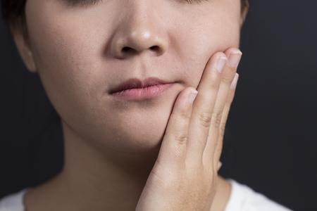 La mujer tiene dolor de muelas
