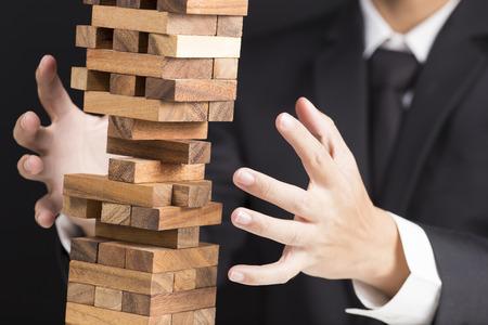 El hombre de negocios construye una torre