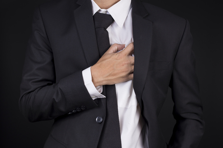 dolor de pecho: Hombre de negocios tiene dolor en el pecho